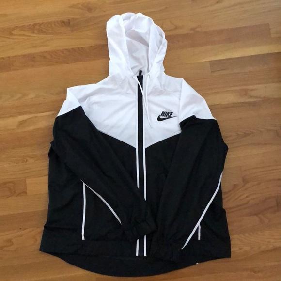 50a285816832 Nike Women s Sportswear Windrunner Jacket. M 5b81a4bec2e88ed8d2f47e15